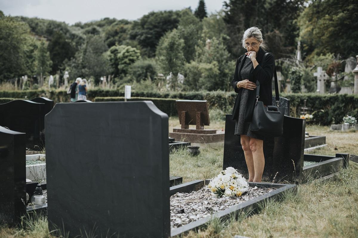 Kiedy warto umieścić przy pomniku nagrobkowym ławkę?