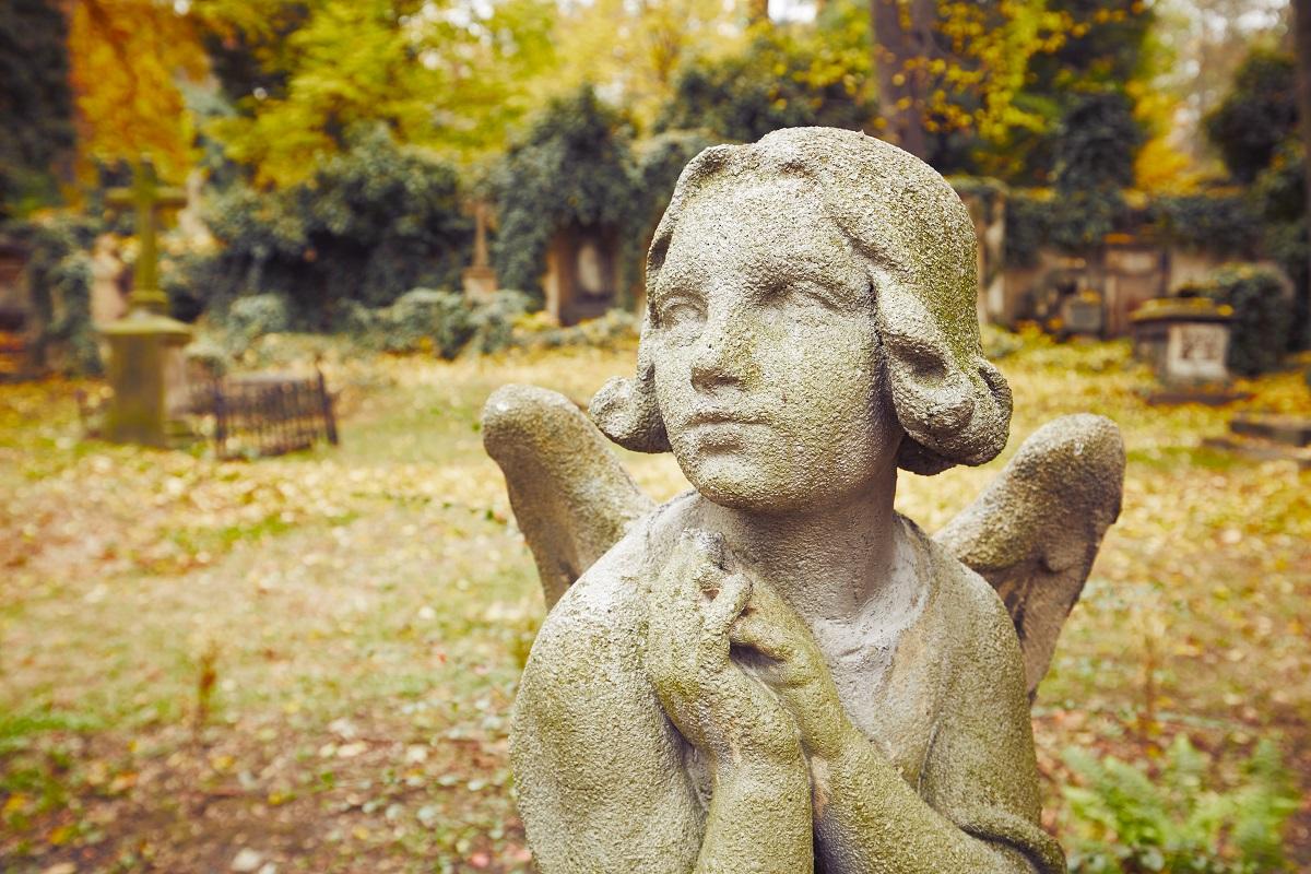 Jakie prace remontowe wykonać na cmentarzu latem?